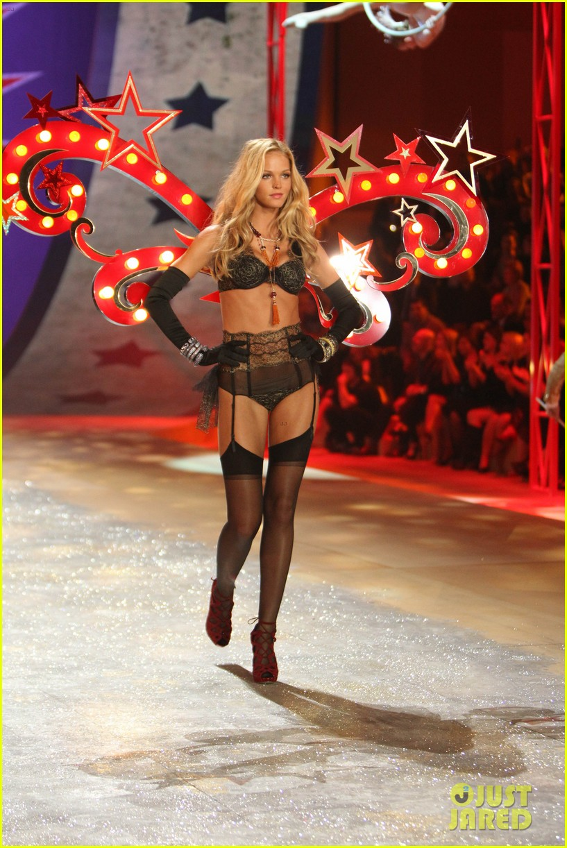 erin heatherton behati prinsloo victorias secret fashion show 2012 06