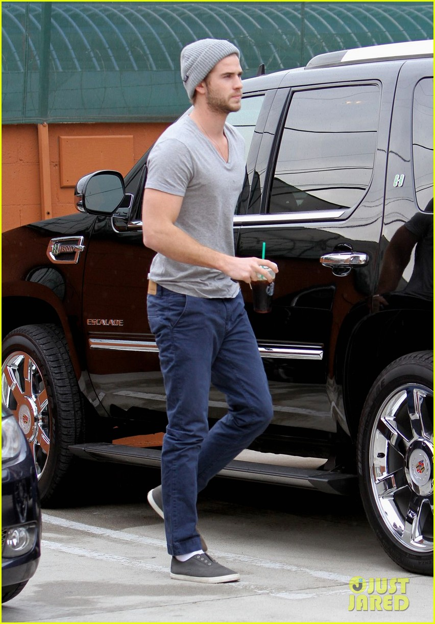 liam hemsworth flies the skies solo in los angeles 04