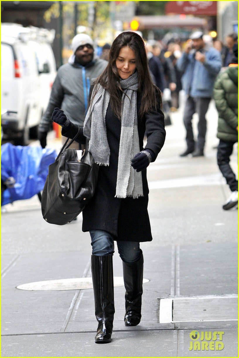 katie holmes snowy dead accounts arrival 06