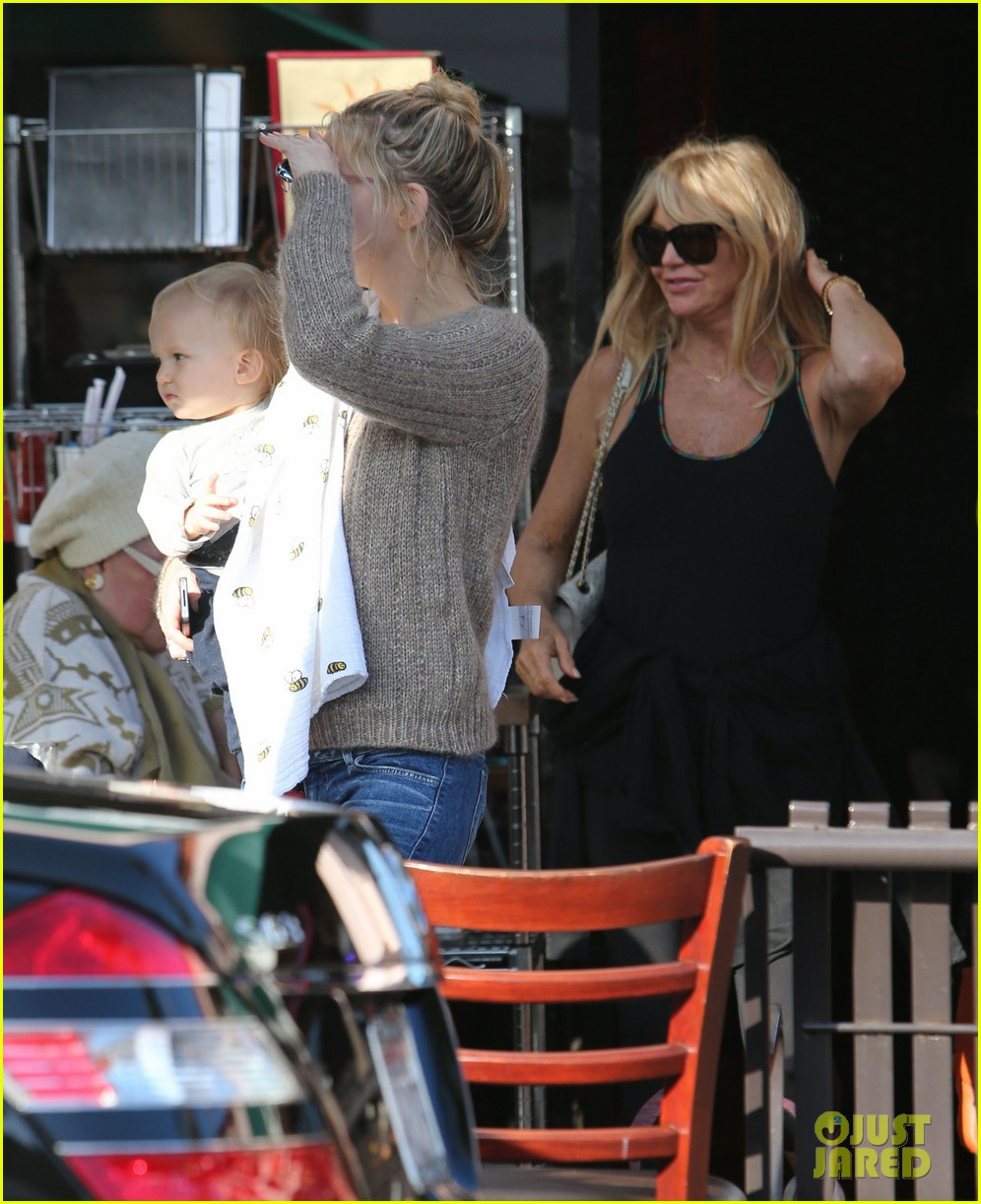 kate hudson mom goldie hawns birthday lunch 32