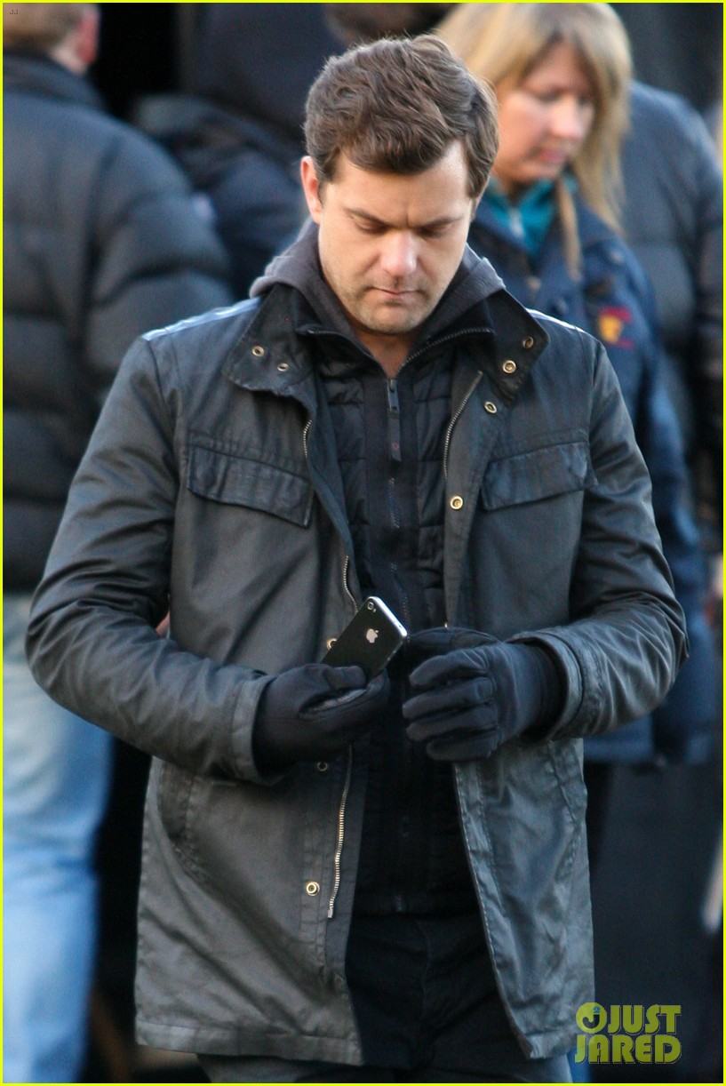 joshua jackson back to work on fringe after vacay 10