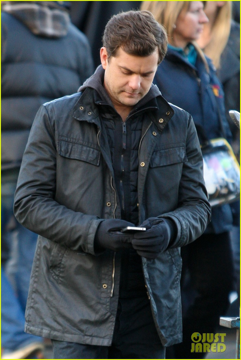 joshua jackson back to work on fringe after vacay 12