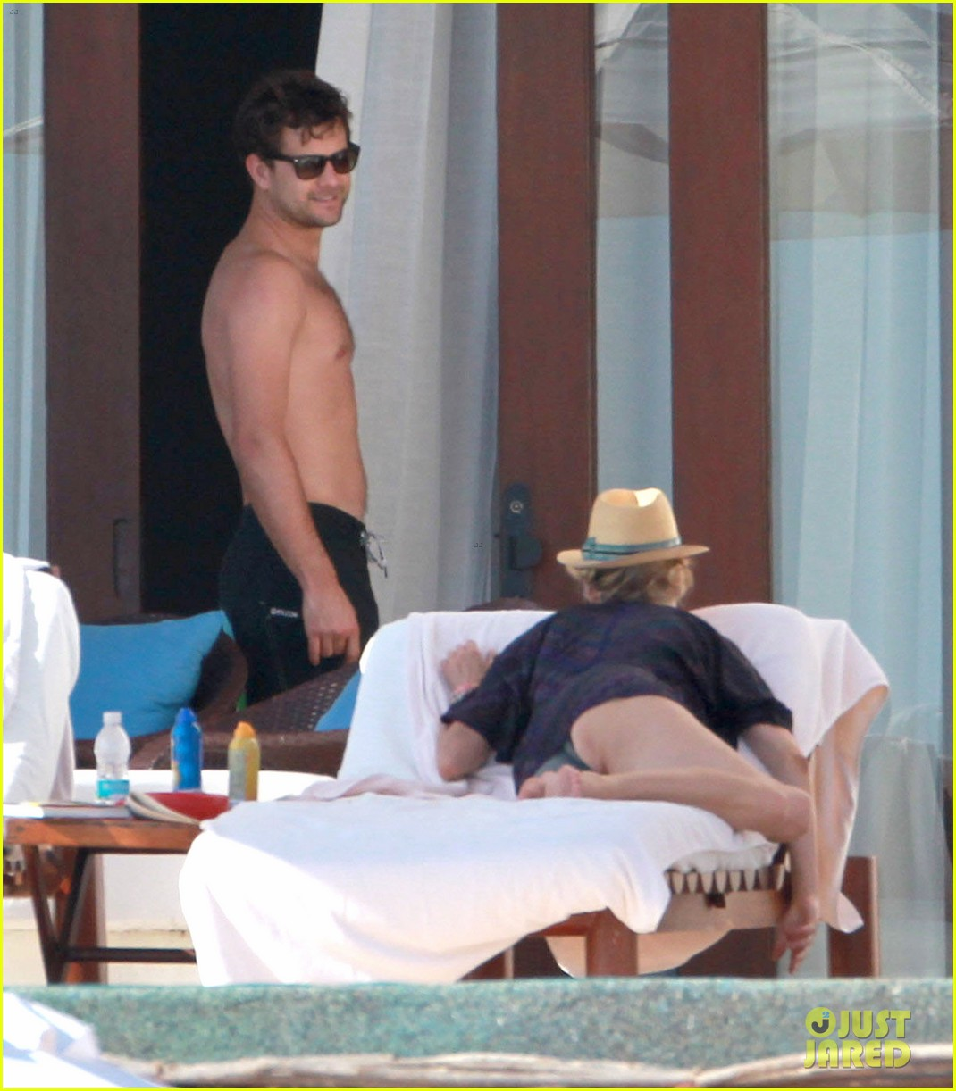 joshua jackson shirtless poolside with diane kruger 12