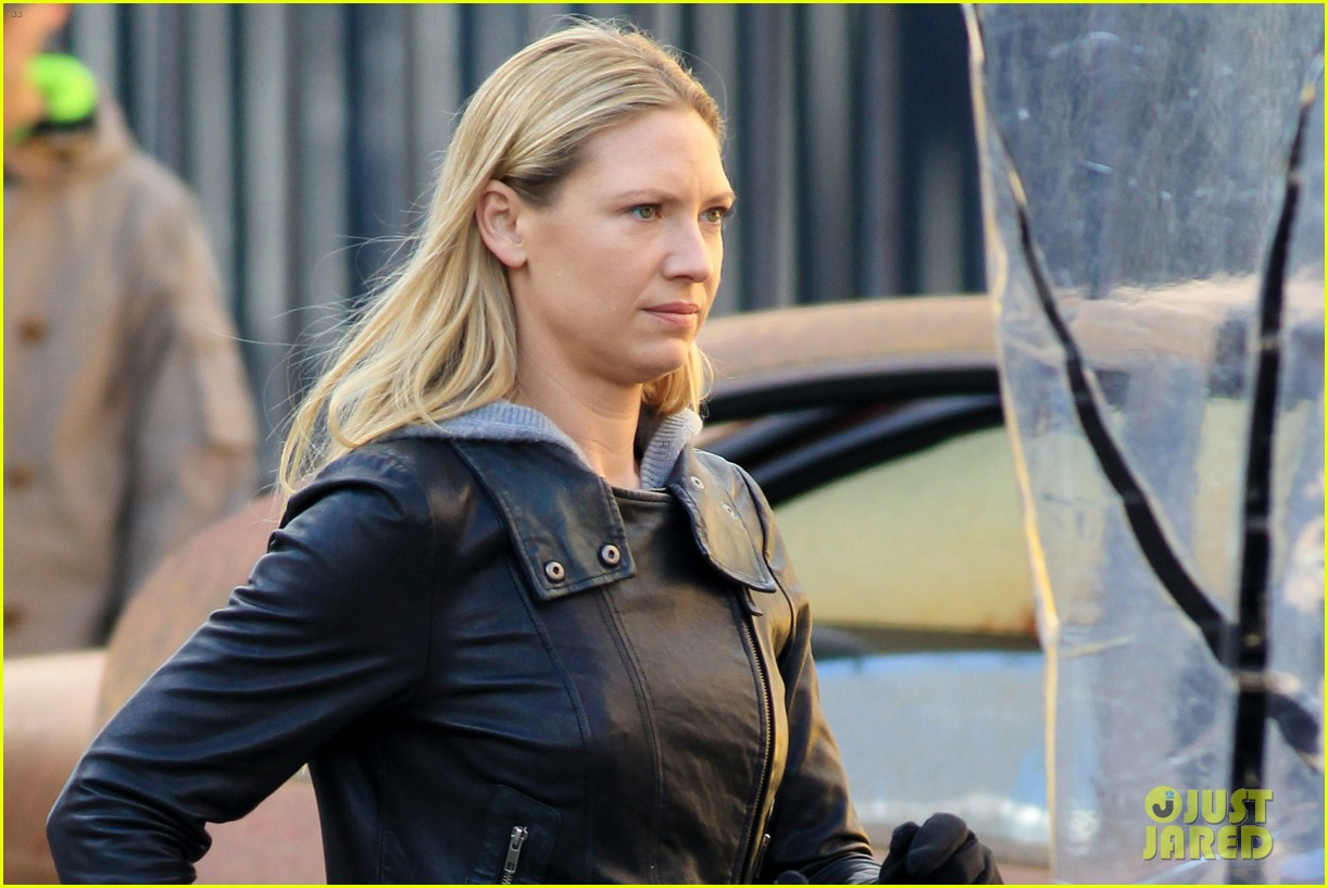 joshua jackson fringe set with anna torv 11