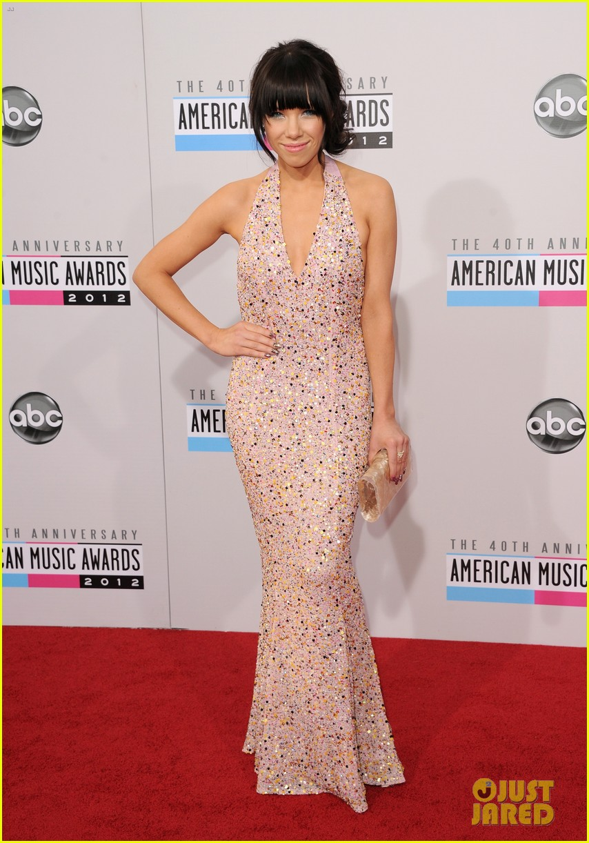 carly rae jepsen amas 2012 red carpet 01