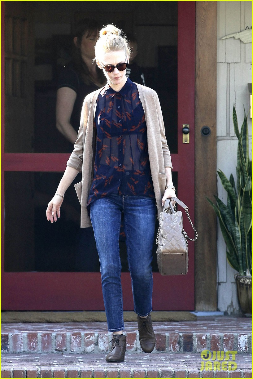 january jones cecconis lunch with friends 01