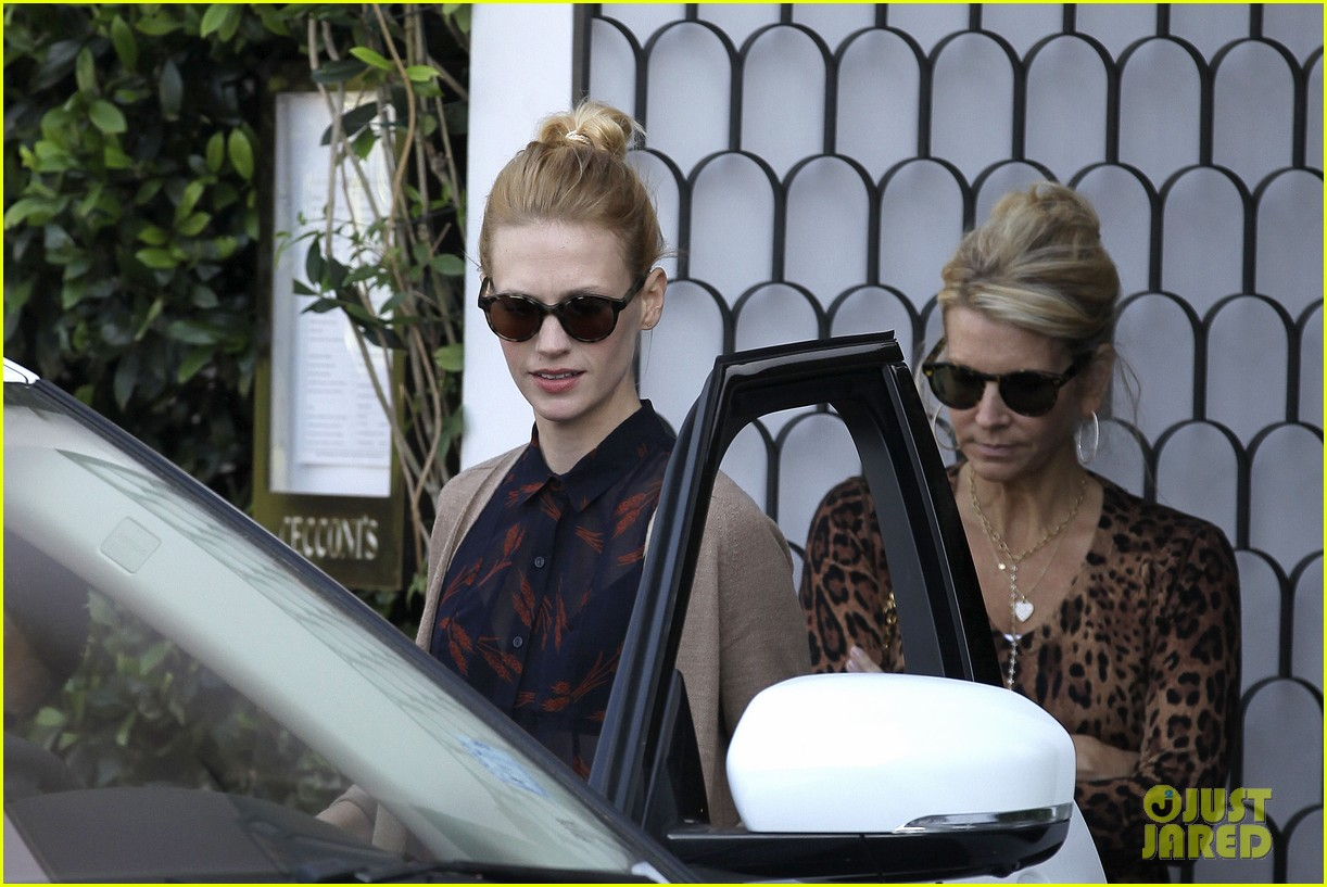 january jones cecconis lunch with friends 08