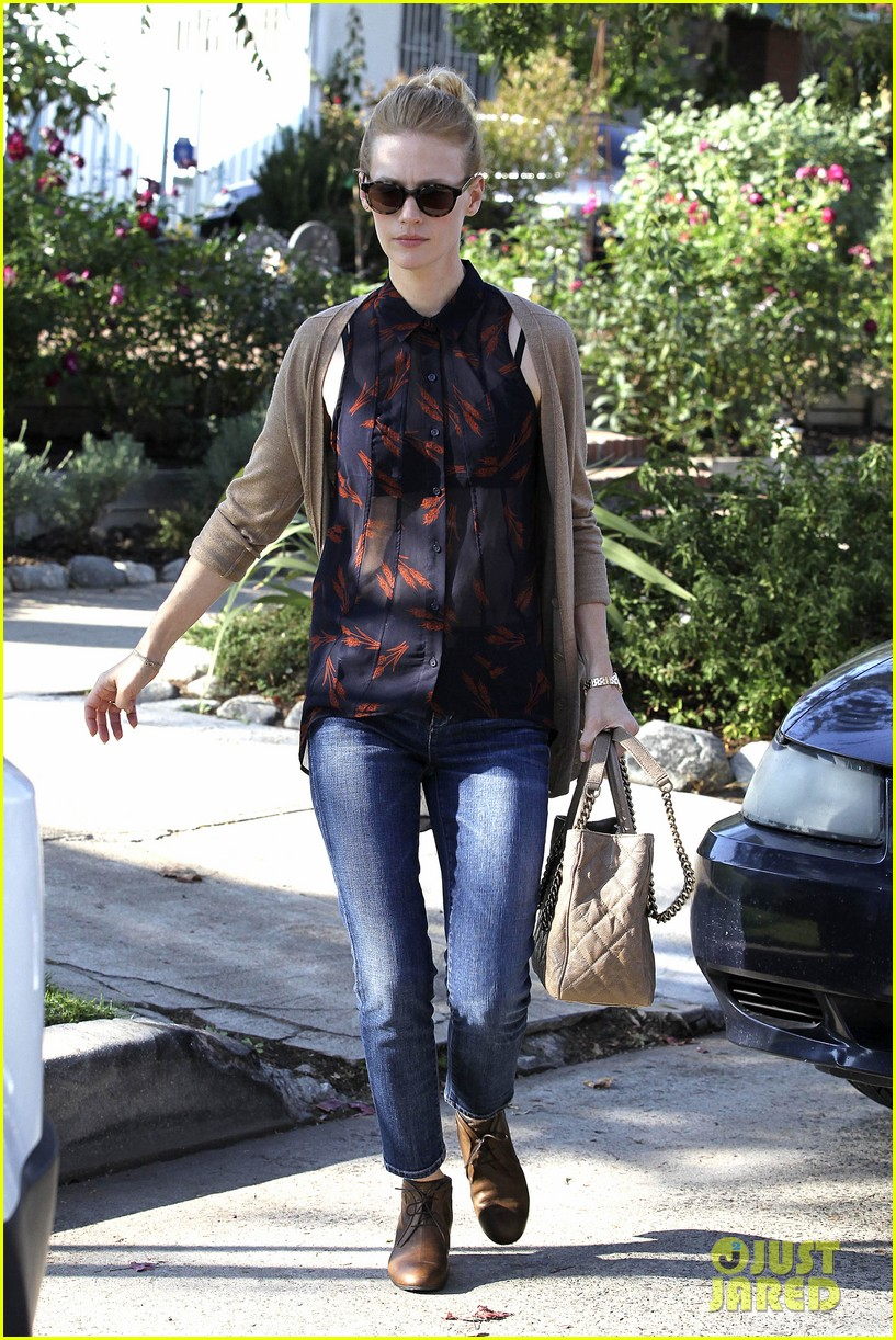 january jones cecconis lunch with friends 09