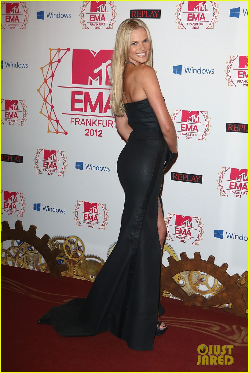 kim kardashian anne v mtv emas 2012 red carpet 01