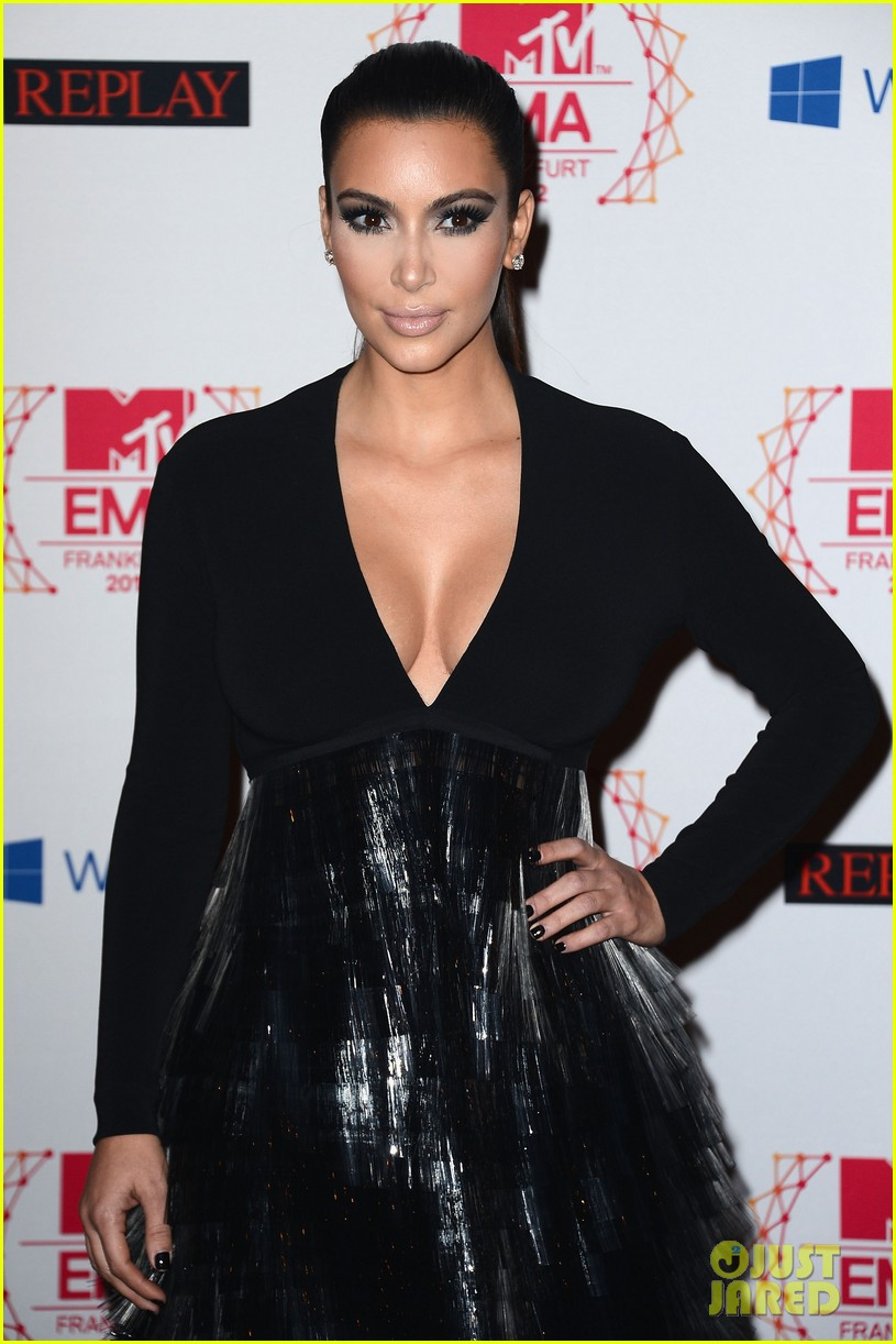 kim kardashian anne v mtv emas 2012 red carpet 02