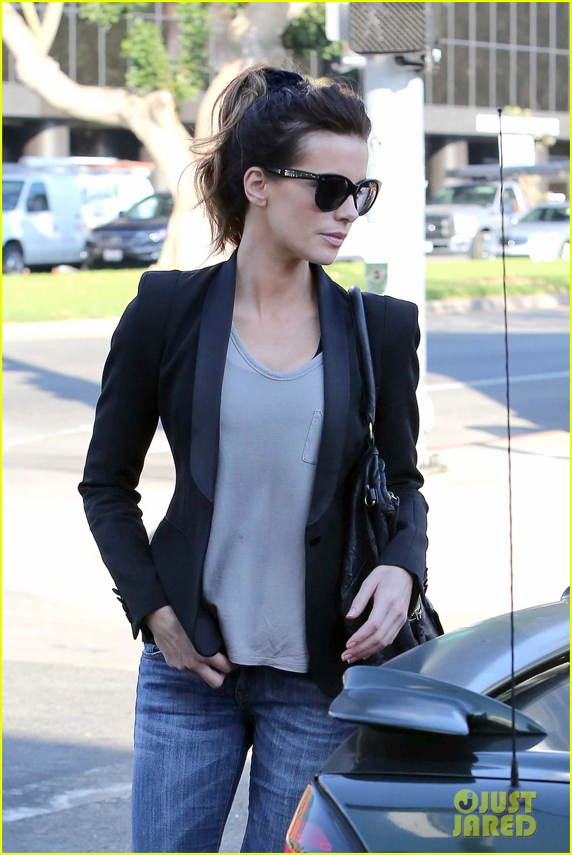 kate beckinsale parking meter pickup 02