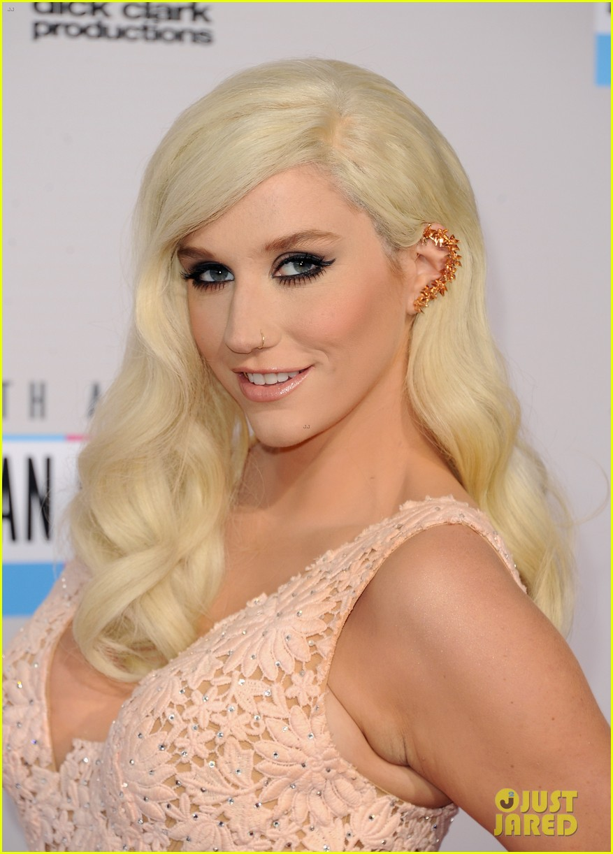 kesha amas 2012 red carpet 03