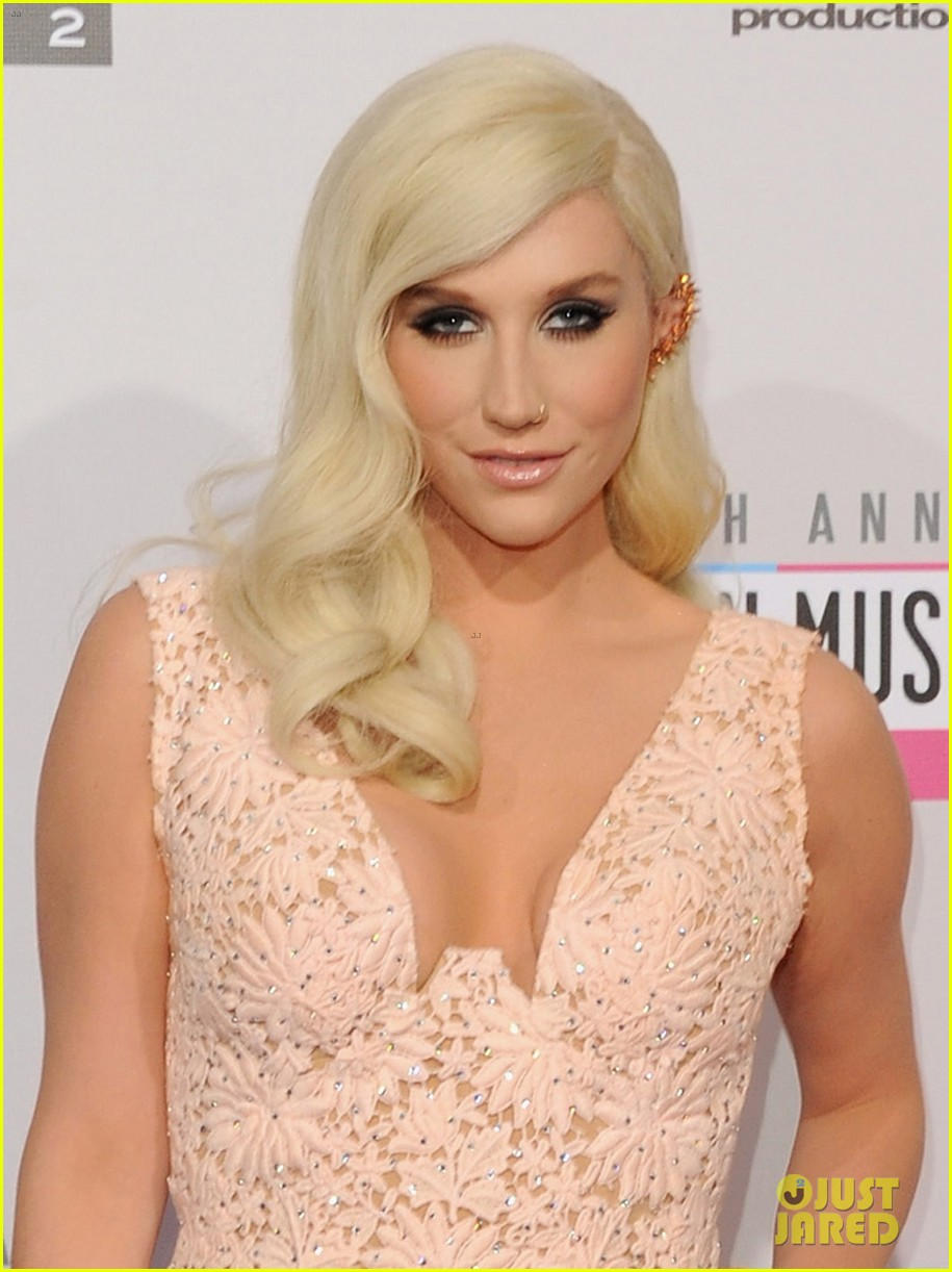kesha amas 2012 red carpet 05