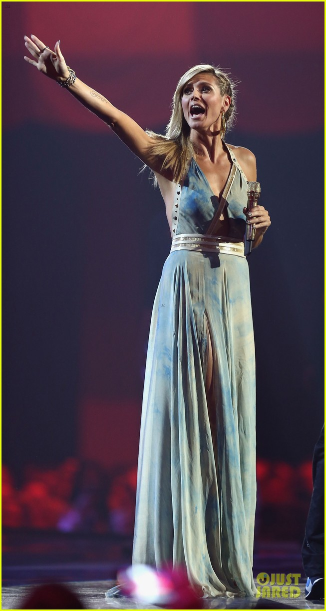 heidi klum mtv emas hosting duties 09