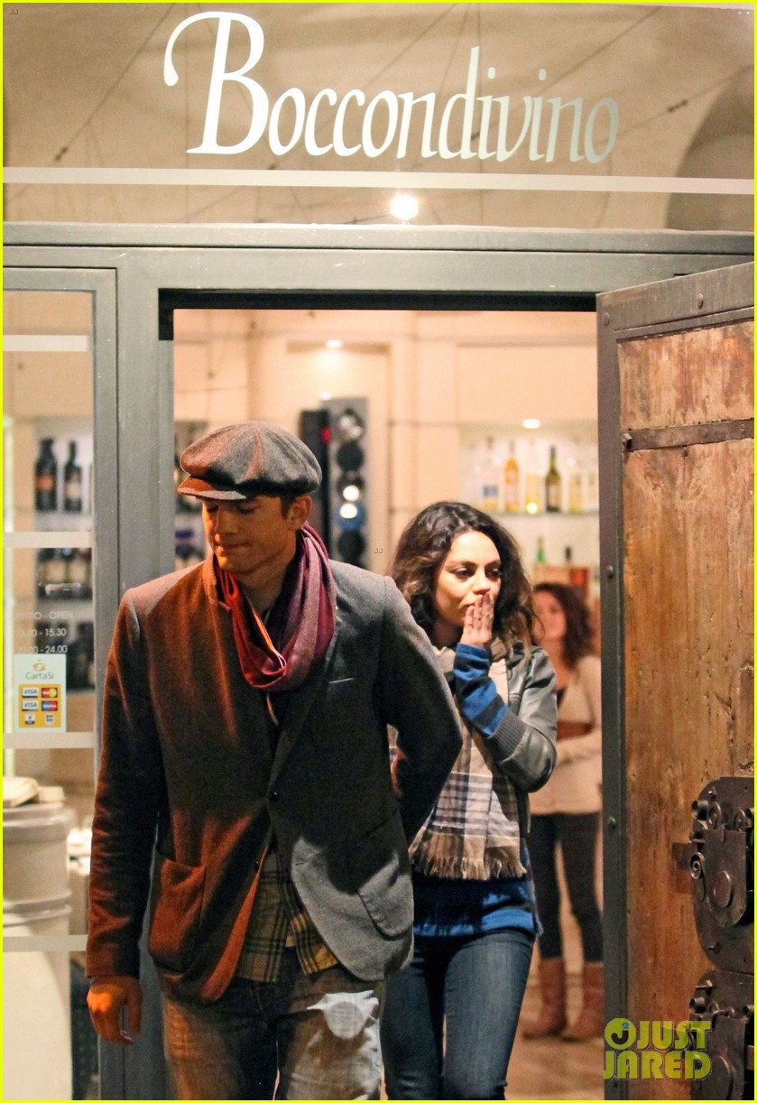 mila kunis ashton kutcher romantic rome dinner date 08