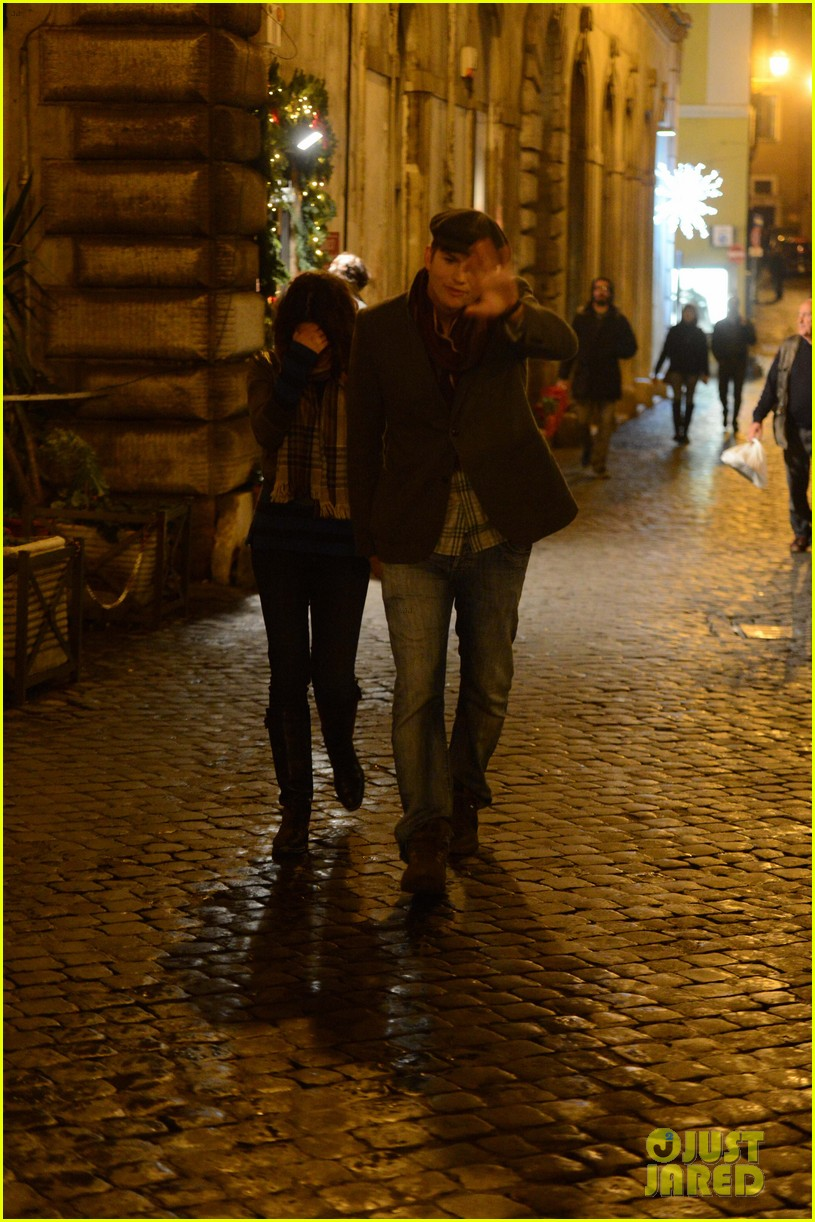 mila kunis ashton kutcher romantic rome dinner date 12