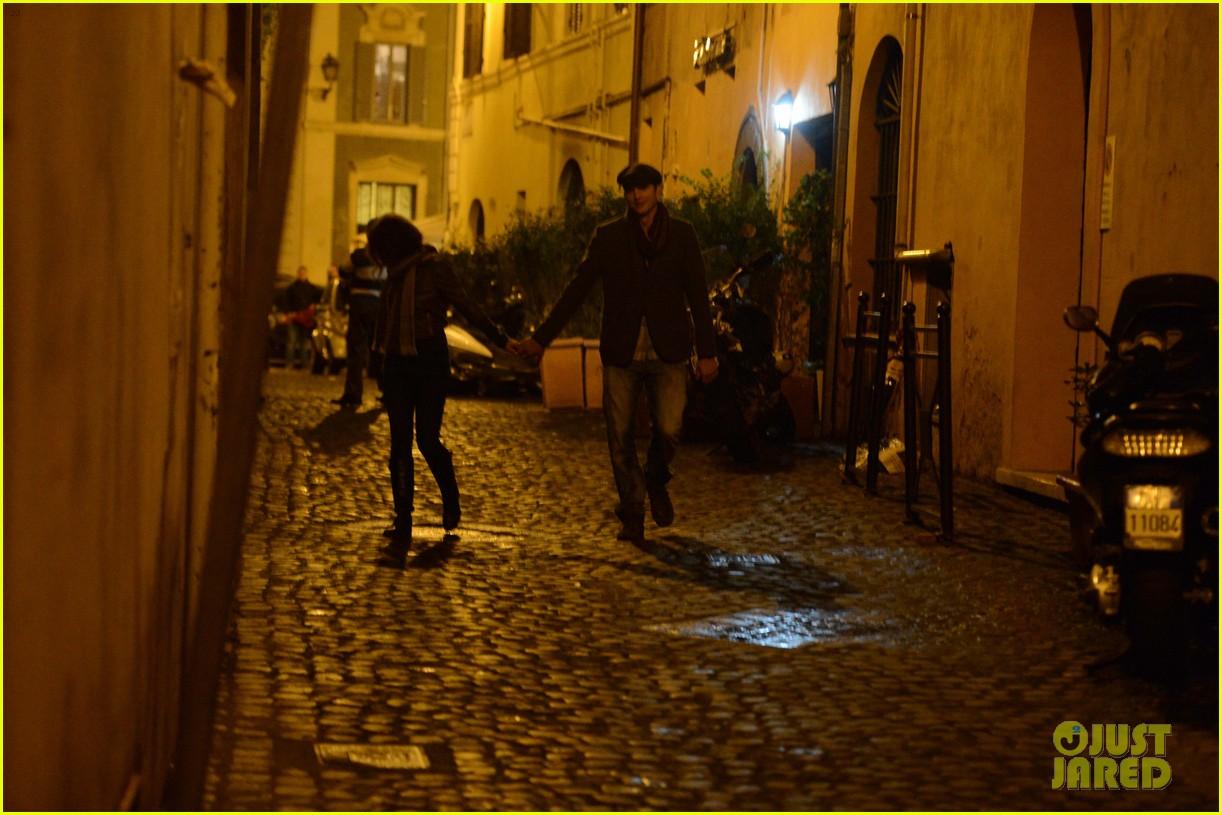 mila kunis ashton kutcher romantic rome dinner date 13