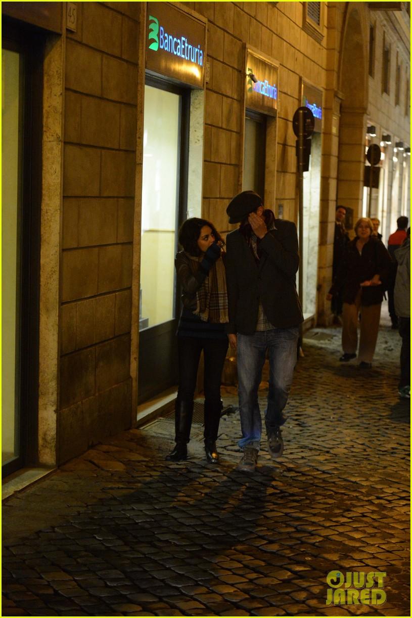 mila kunis ashton kutcher romantic rome dinner date 17
