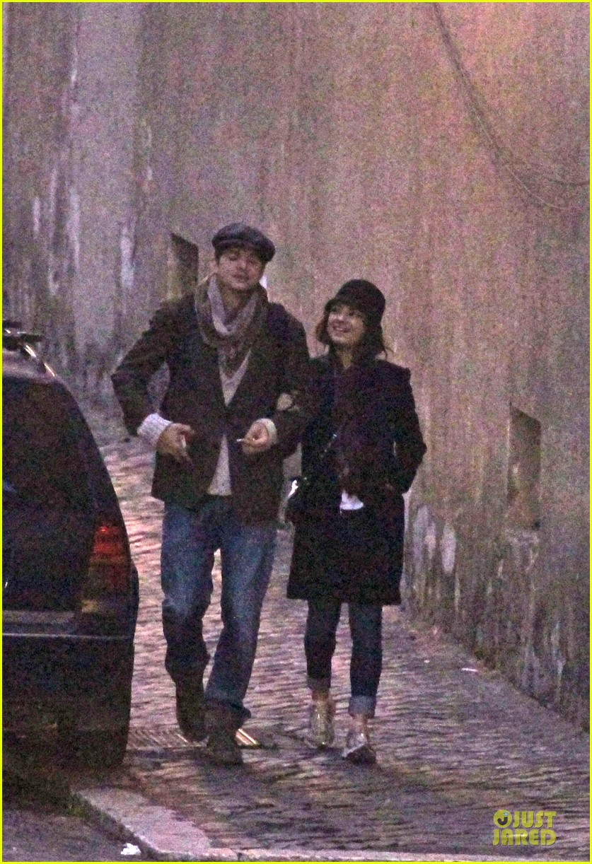 mila kunis romantic stroll in rome 01