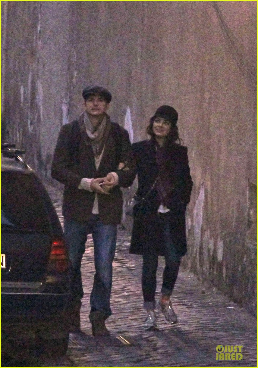 mila kunis romantic stroll in rome 06
