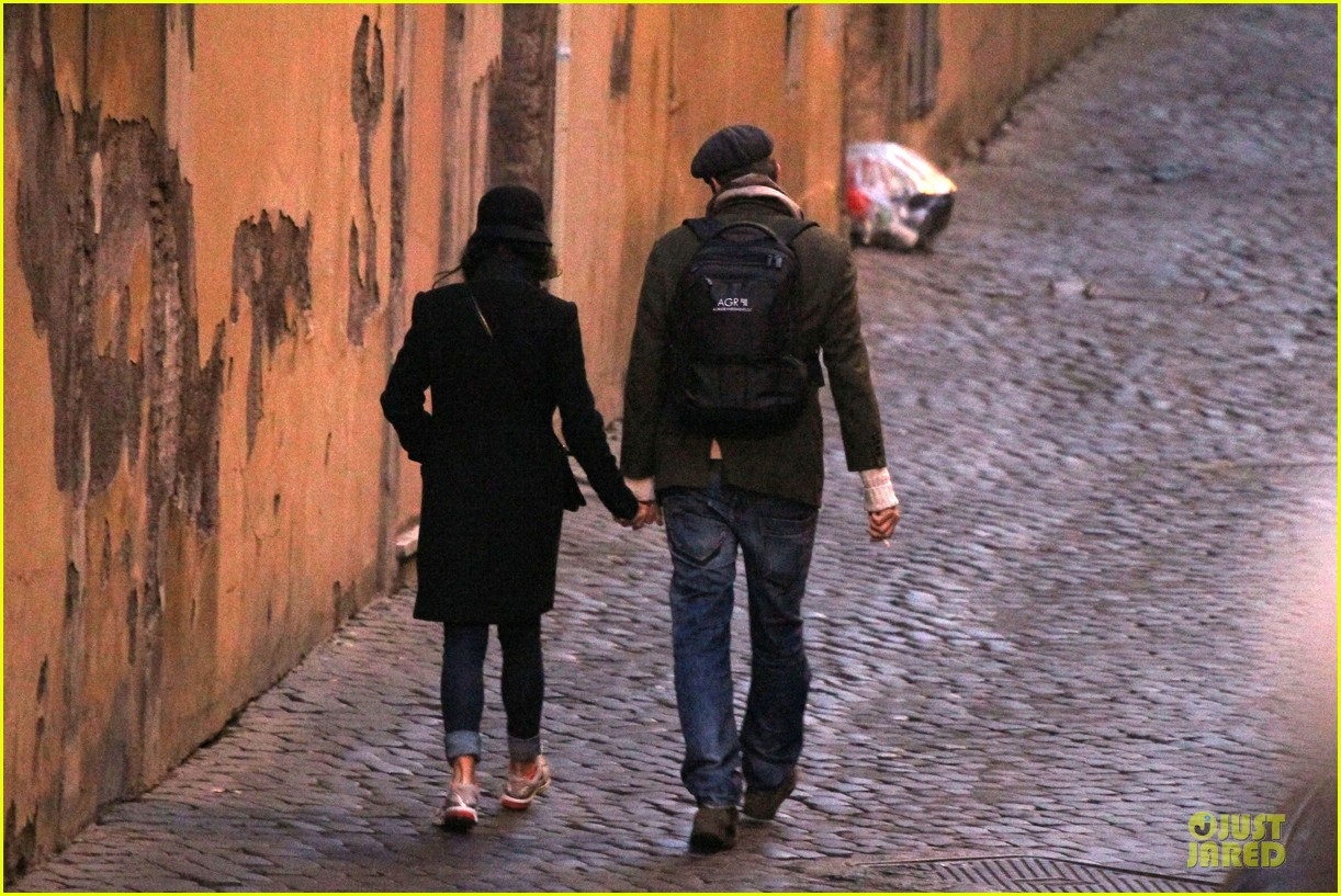 mila kunis romantic stroll in rome 08