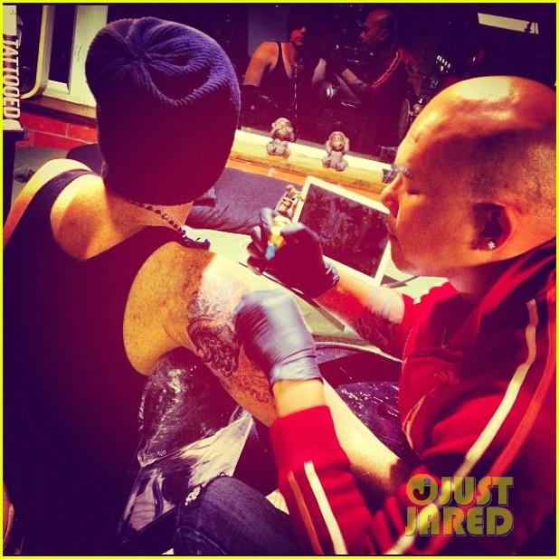 adam lambert debuts new arm tattoo 02