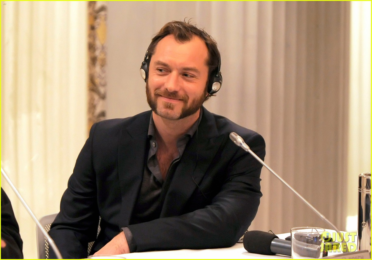 jude law meets the press at rome film festival 02