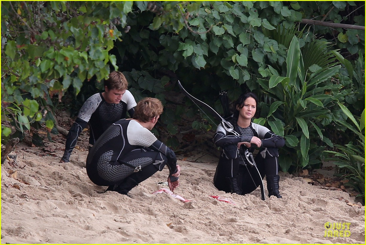jennifer lawrence fish eating on hunger games set 03