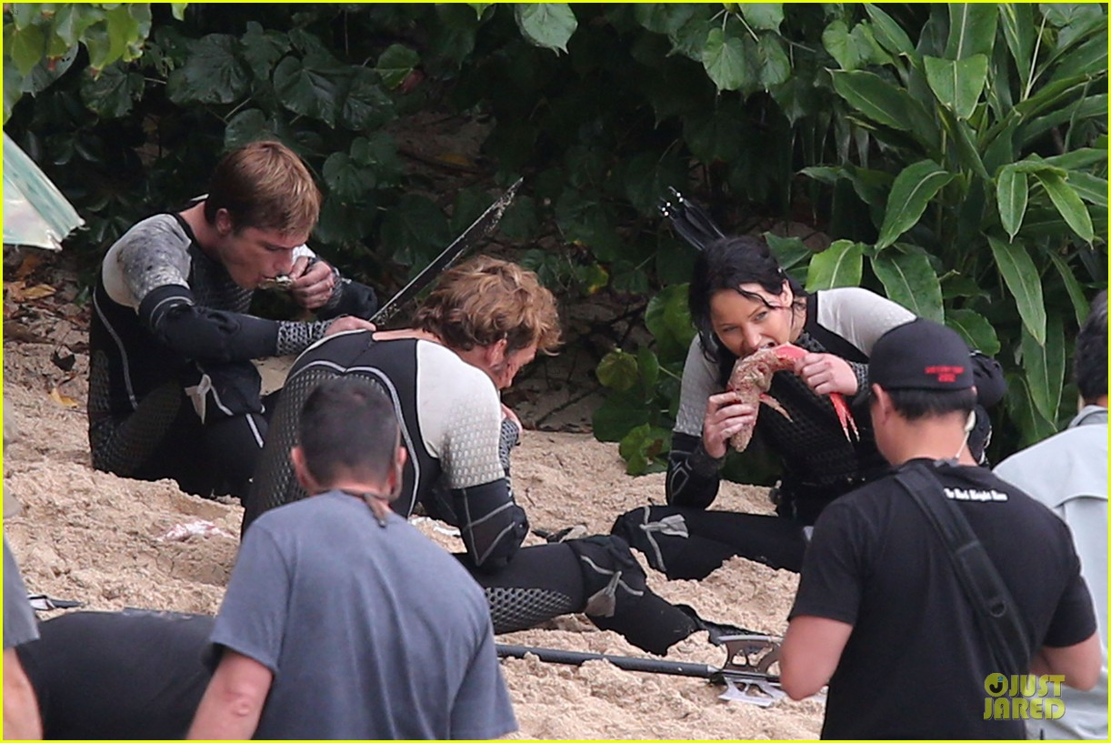 jennifer lawrence fish eating on hunger games set 212765095