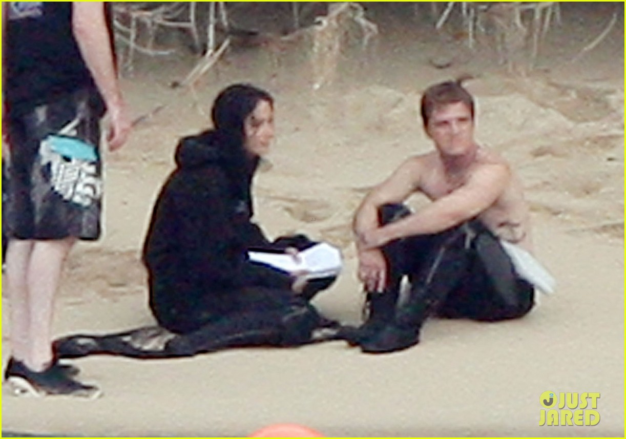 jennifer lawrence shirtless josh hutcherson catching fire sea scenes02