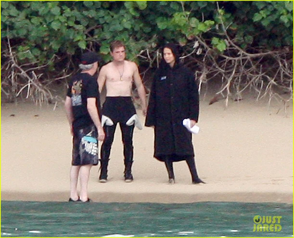jennifer lawrence shirtless josh hutcherson catching fire sea scenes03