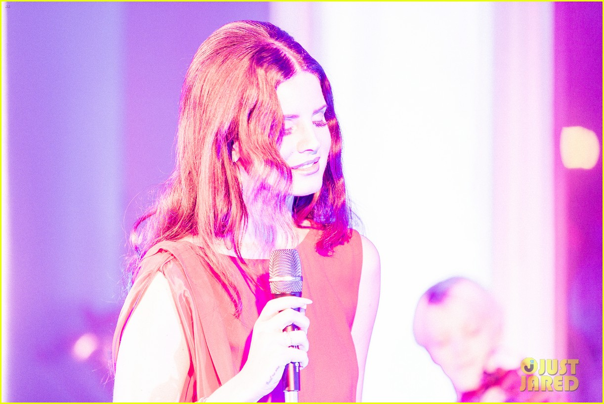 lana del rey hm berlin showroom concert 11
