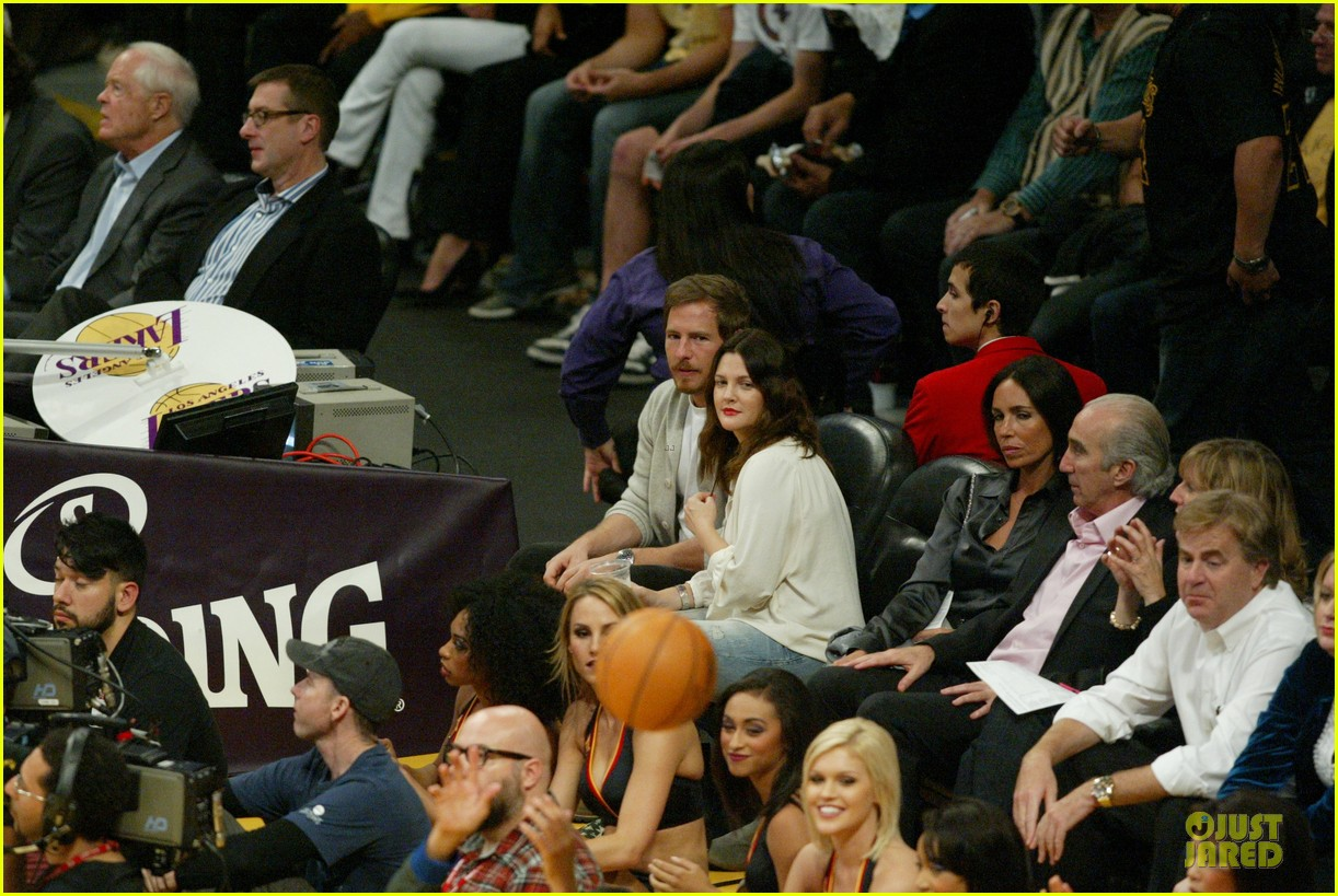 drew barrymore joseph gordon levitt lakers game spectators 01