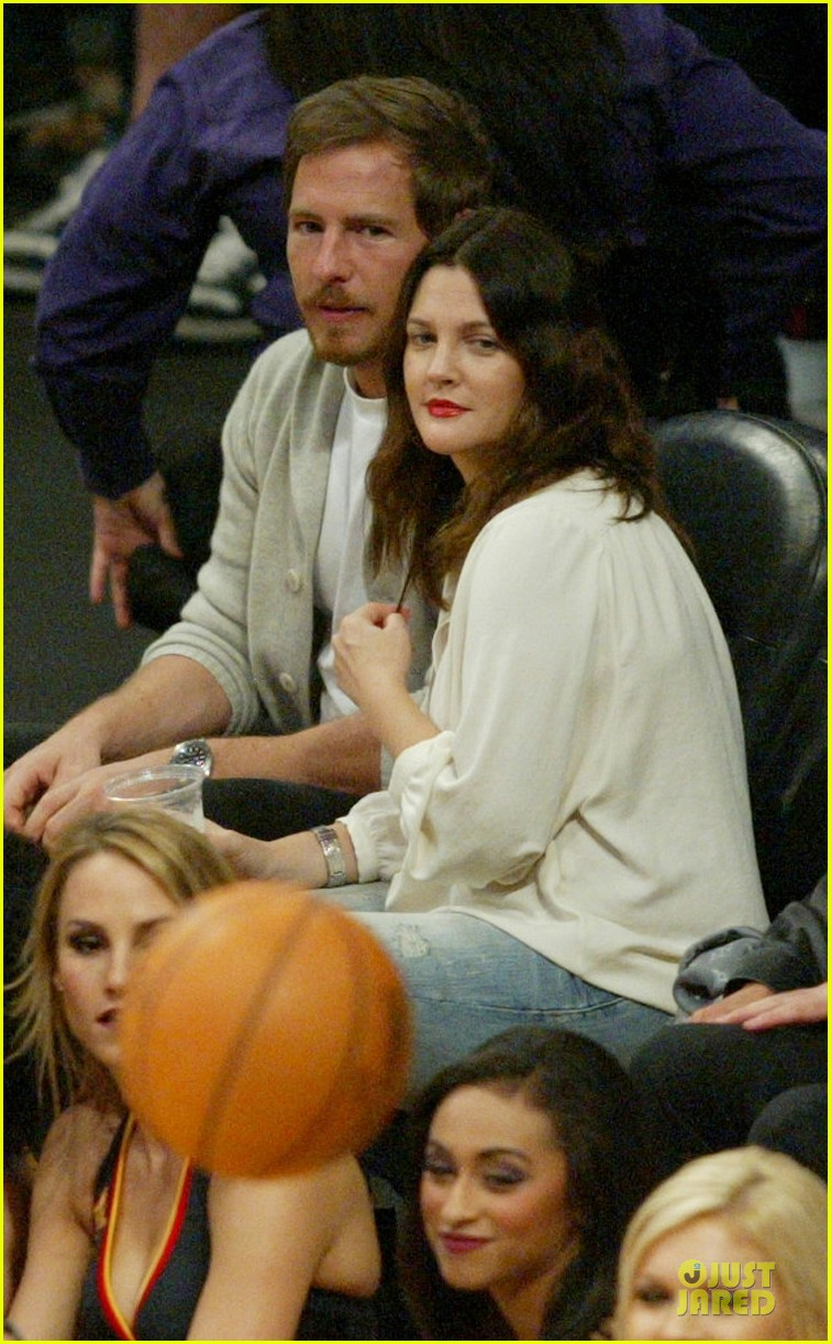 drew barrymore joseph gordon levitt lakers game spectators 02