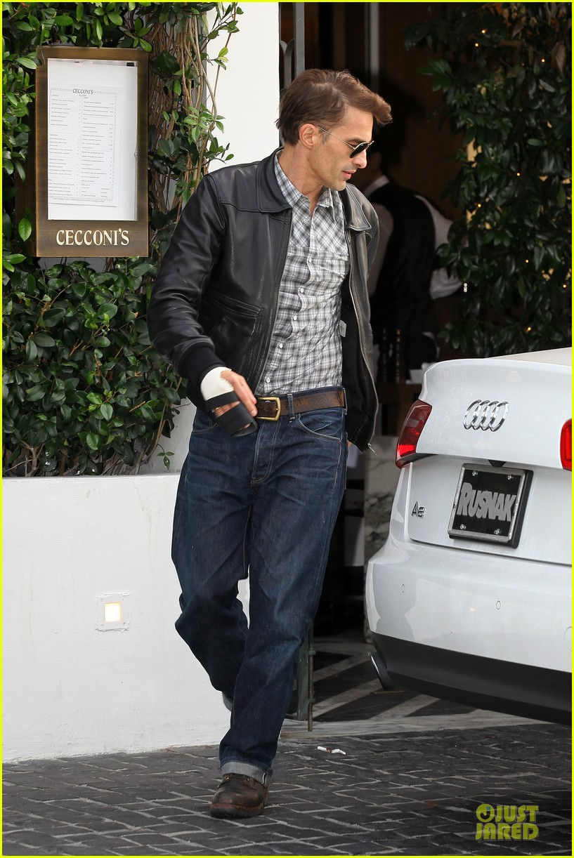 olivier martinez hand brace for lunch with eduardo cruz 01