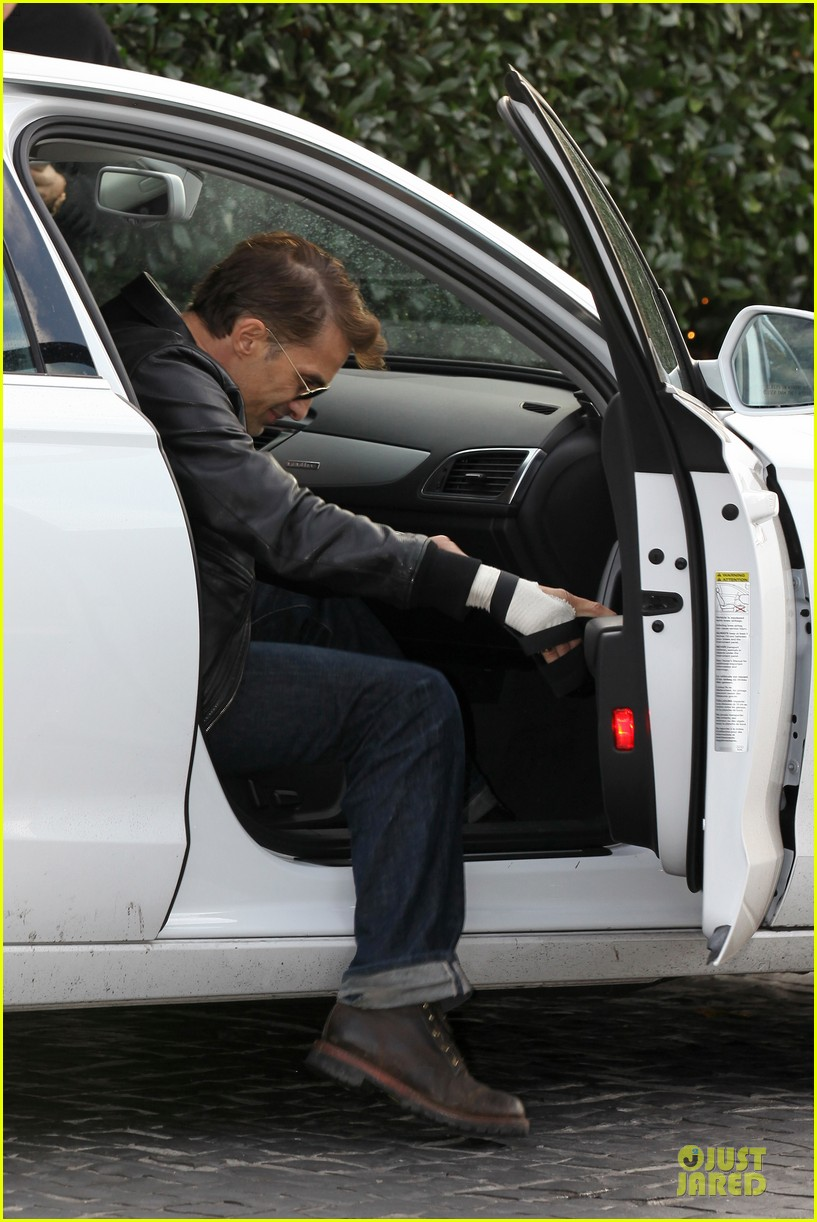 olivier martinez hand brace for lunch with eduardo cruz 05
