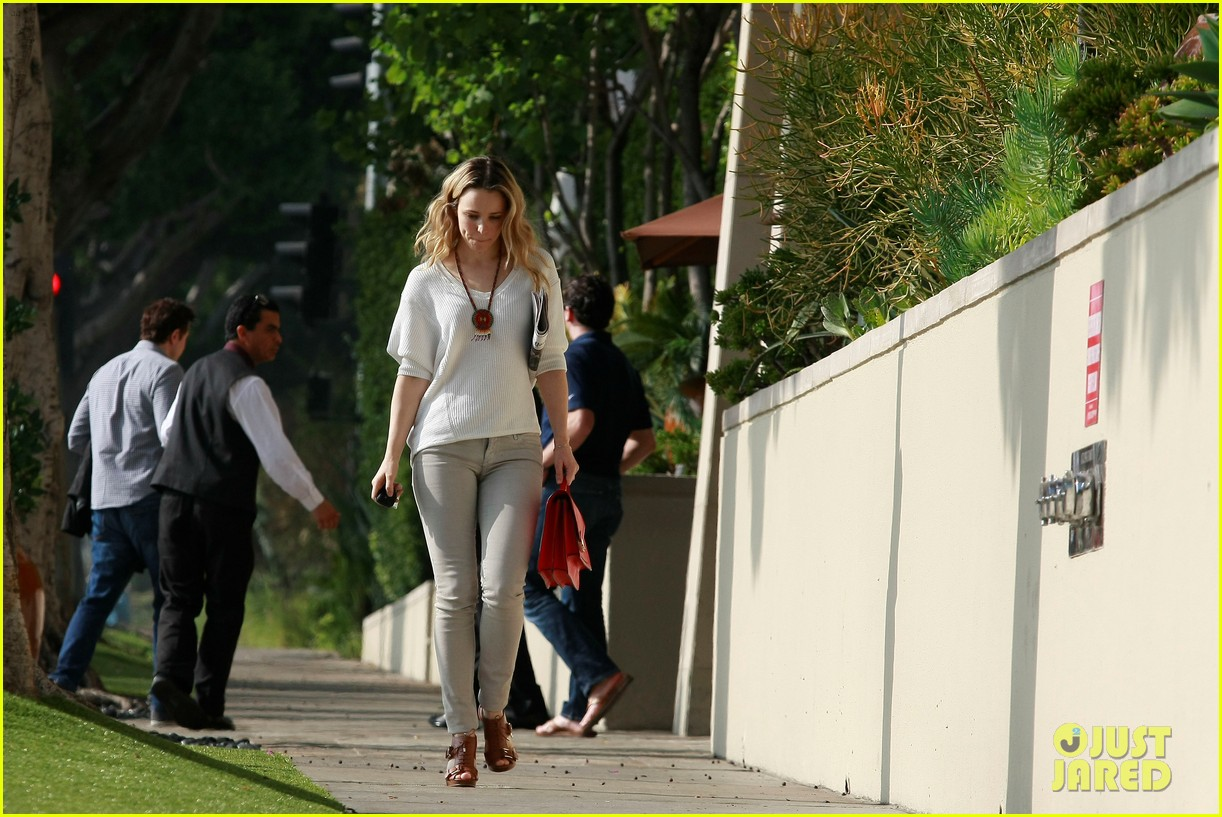rachel mcadams lemitage hotel run in with seth macfarlane 01