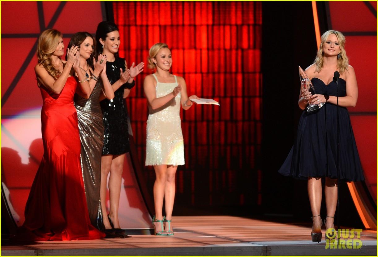 hayden panettiere connie britton cma awards 2012 presenters 02