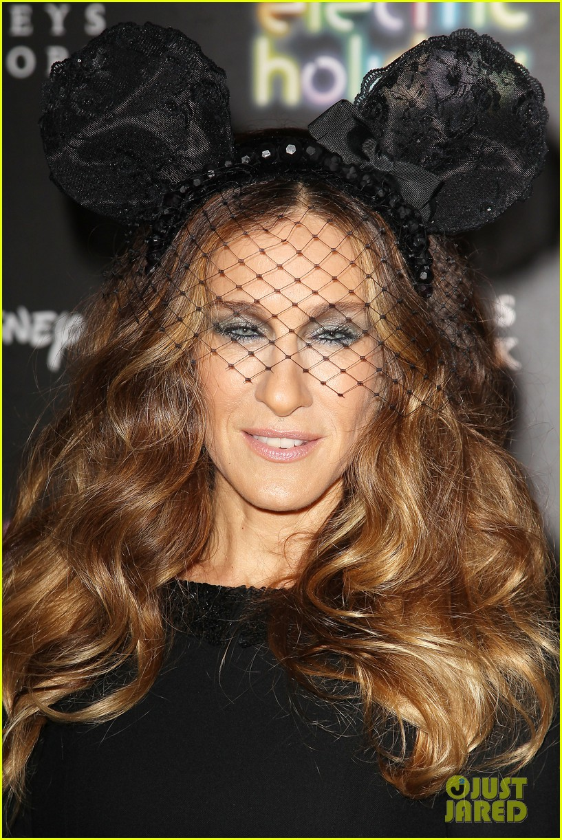 sarah jessica parker disney electric holiday window unveiling host 08