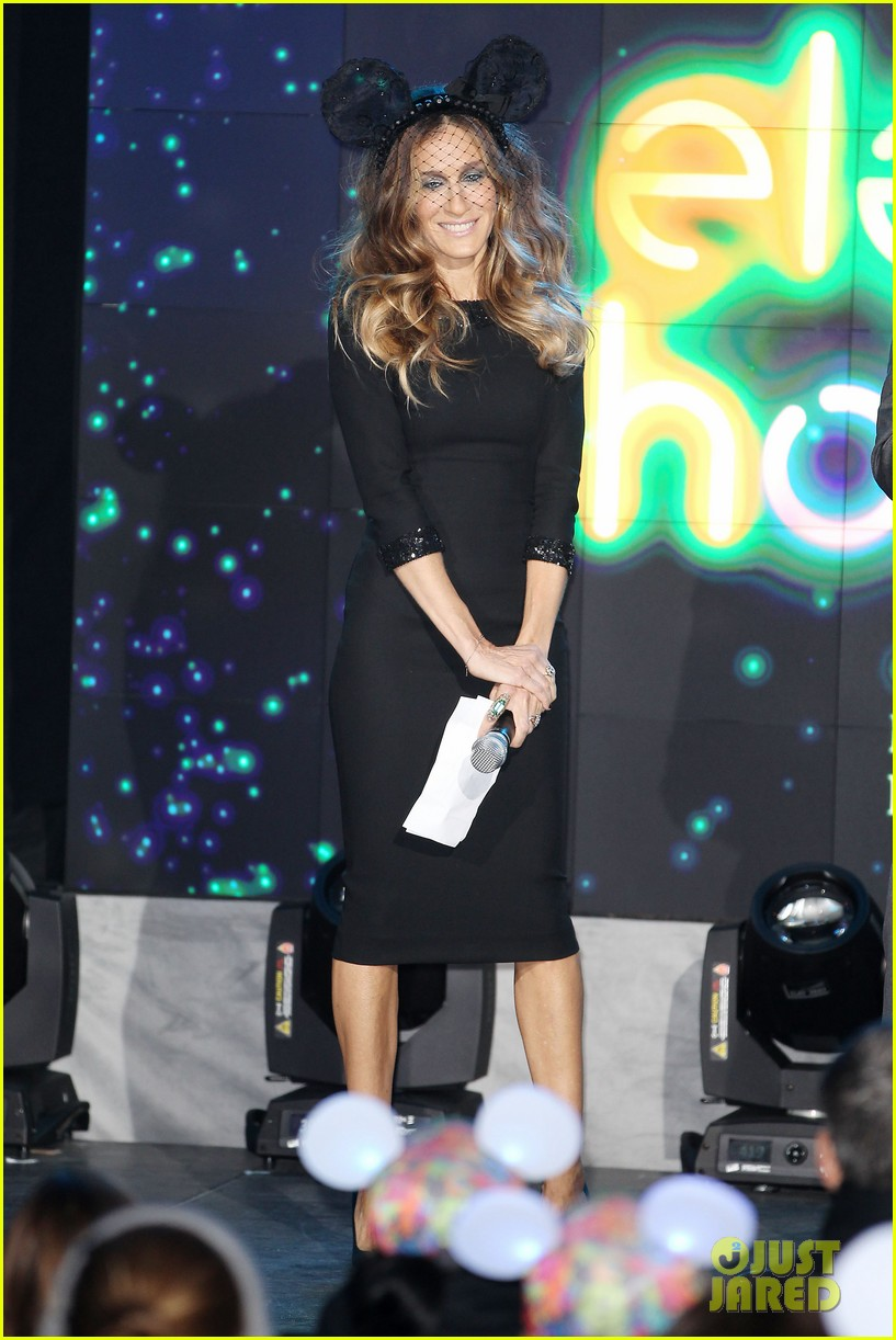 sarah jessica parker disney electric holiday window unveiling host 21