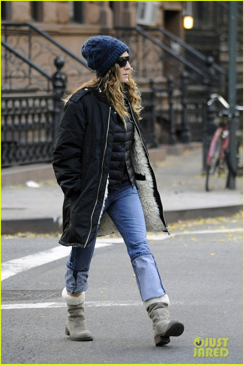 sarah jessica parker rainy day walk with twins 01