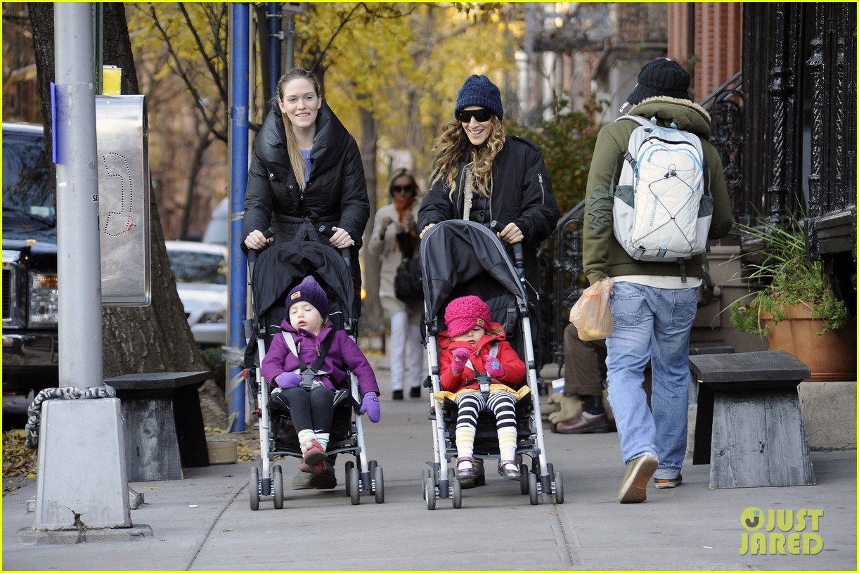 sarah jessica parker rainy day walk with twins 02