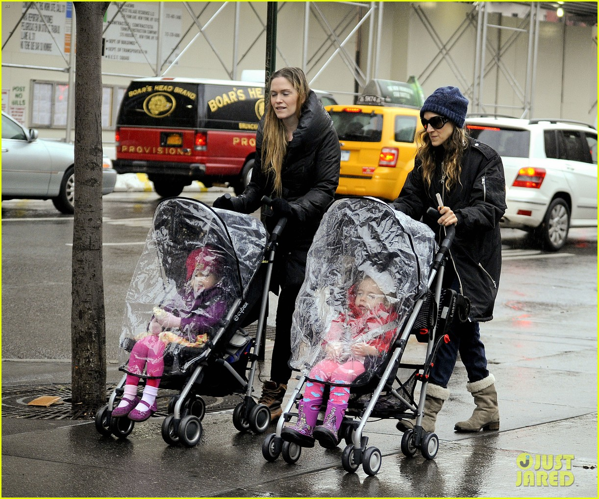 sarah jessica parker rainy day walk with twins 07
