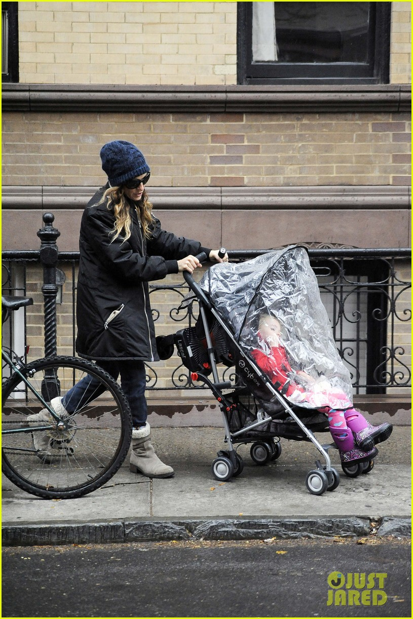 sarah jessica parker rainy day walk with twins 10