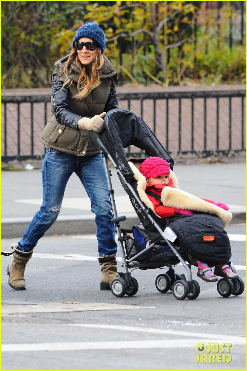 sarah jessica parker rainy day walk with twins 12