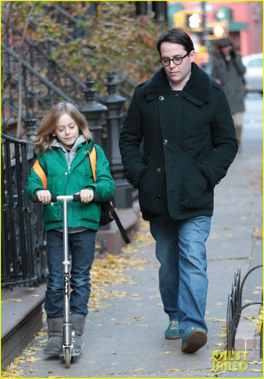 sarah jessica parker matthew broderick school stroll with kids 03