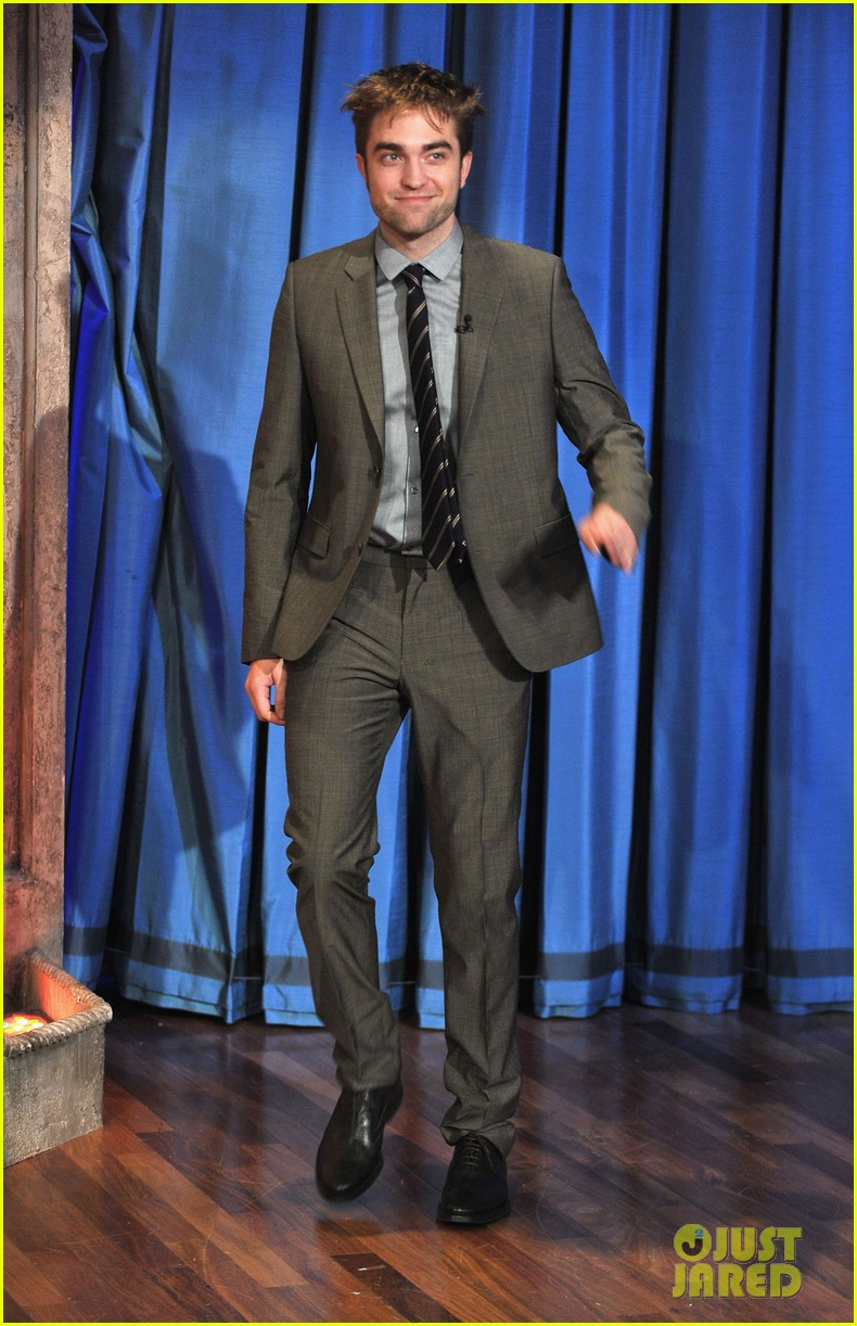 robert pattinson soaking wet on late night with jimmy fallon 01