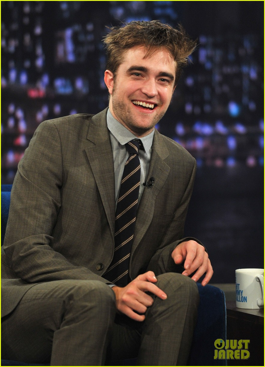robert pattinson soaking wet on late night with jimmy fallon 02