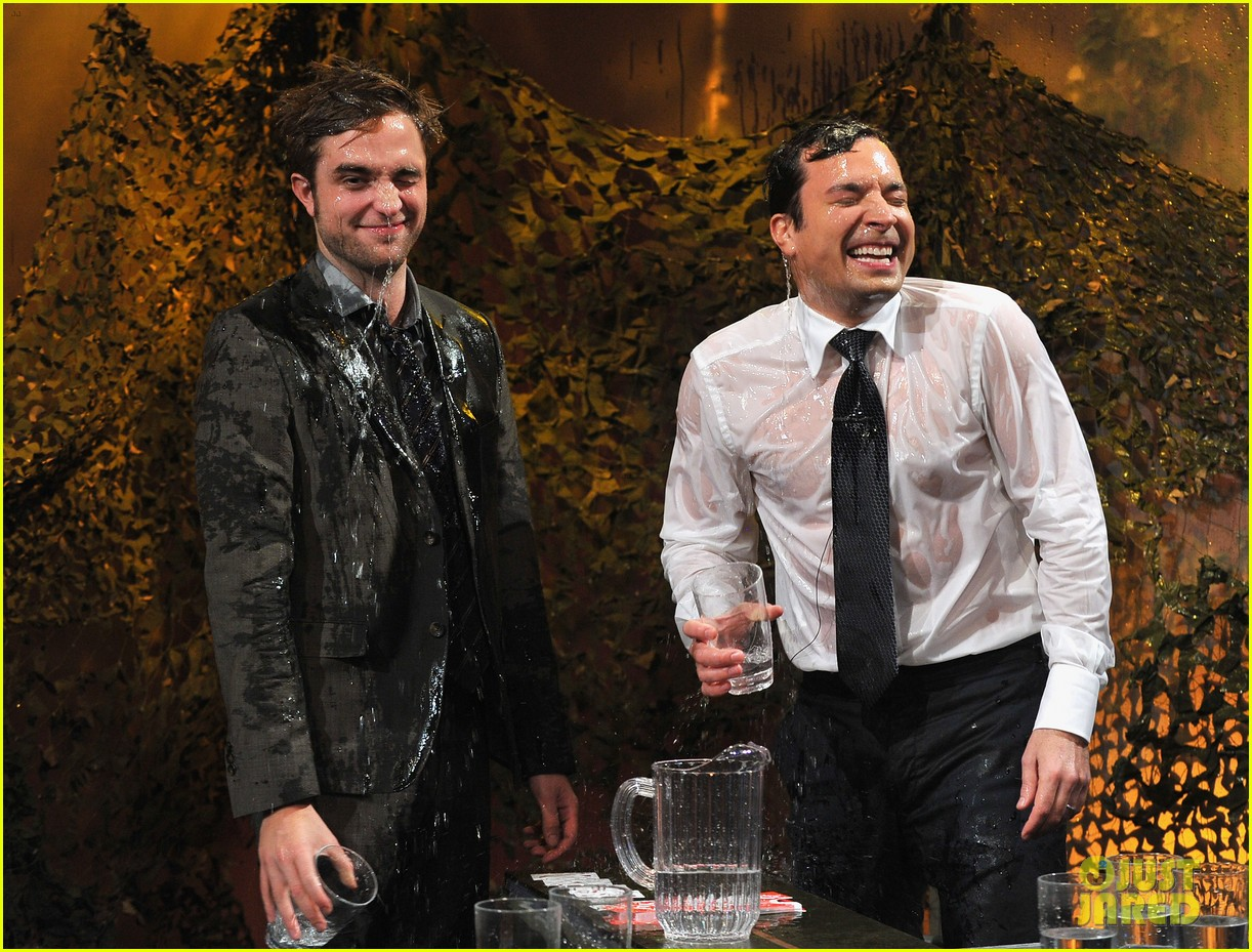 robert pattinson soaking wet on late night with jimmy fallon 07