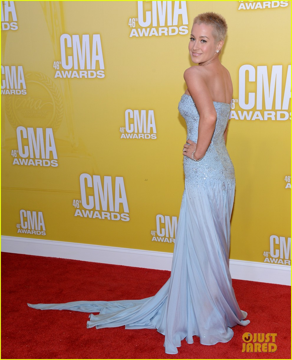 kellie pickler cma awards 2012 red carpet 01